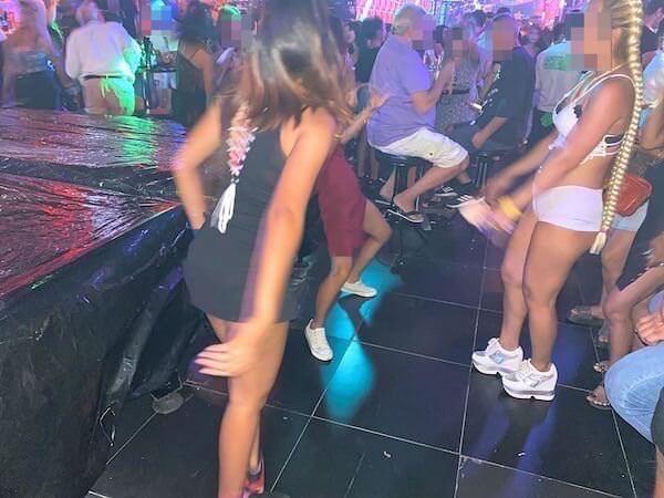 パタヤの人気ディスコで踊り狂うタイ人の若者
