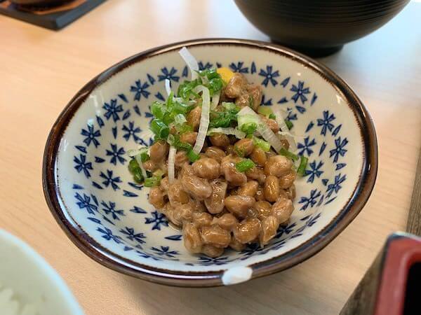 柏屋旅館の朝食の納豆