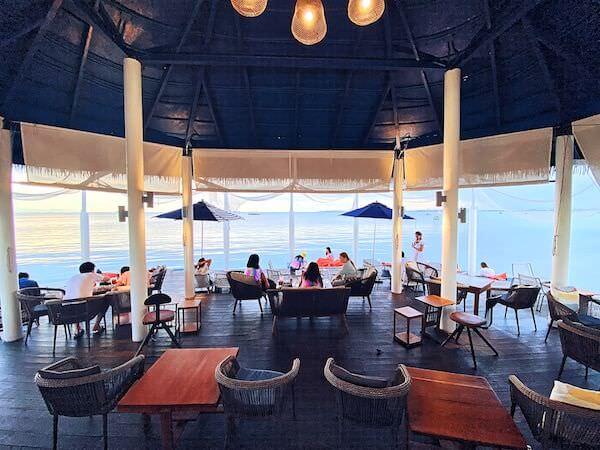 Kept Pier Cafeの店内と客席から見える海