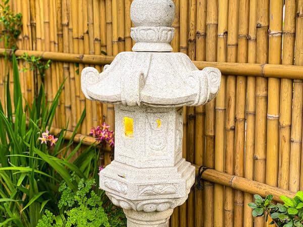もみじ(Momiji Specialty Coffee)にあるインスタ映え庭園にある灯篭