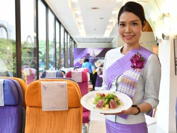バンコクにあるタイ航空のカフェにいるCA