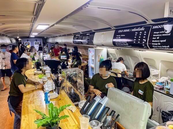 パタヤの飛行機カフェ「Coffee War @ 331 Station」の航空機内カウンター