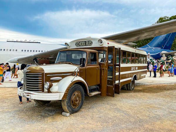 パタヤの飛行機カフェ「Coffee War @ 331 Station」にあるビンテージのスクールバス